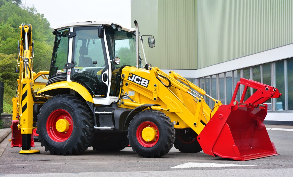 2015-JCB-has-produced-a-plantinumeidition-of-its-famouse-backhoe-loader-to-mark-its-70th-anniversary